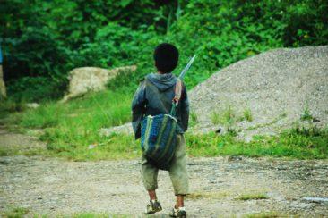 Kind mit Machete